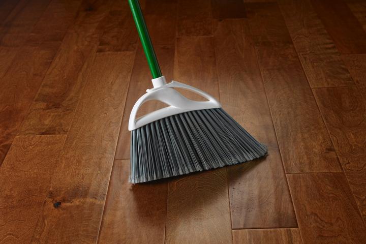 Chổi cứng sẽ khiến bụi lọt vào các kẽ sàn và gây xước bề mặt sàn gỗ